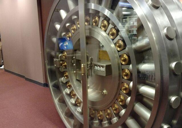 Puerta de bóveda en un banco