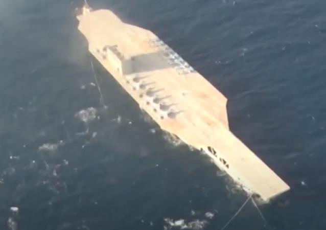 Irán utiliza la maqueta de un portaviones en ejercicios de guerra a gran escala