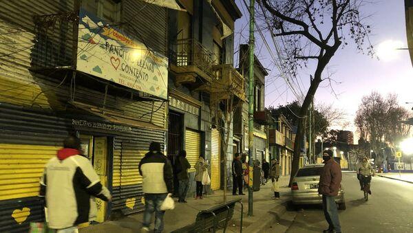 Las filas comienzan a formarse en los comedores cuando cae el atardecer en la ciudad de Buenos Aires - Sputnik Mundo
