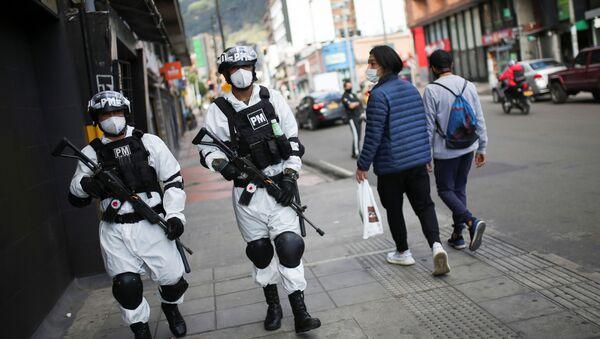 Agentes de la policía militar patrullan una de las vecindades donde se decretó la cuarentena estricta por la pandemia del coronavirus - Sputnik Mundo