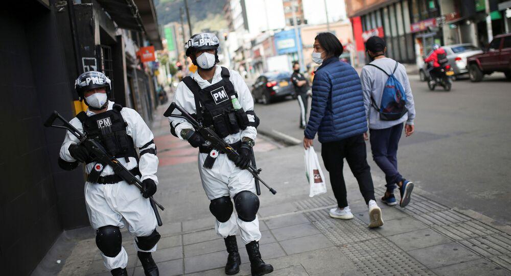 Agentes de la policía militar patrullan una de las vecindades donde se decretó la cuarentena estricta por la pandemia del coronavirus