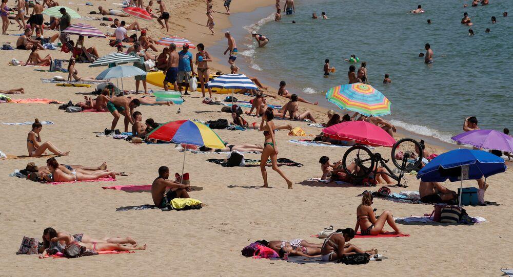 Gente en una playa de Barcelona