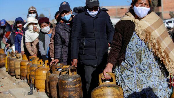 Una fila de personas con frascos de gas en La Paz - Sputnik Mundo