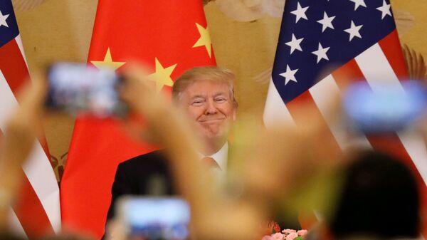 Donald Trump, presidente de EEUU, con unas banderas de China y EEUU en el fondo - Sputnik Mundo