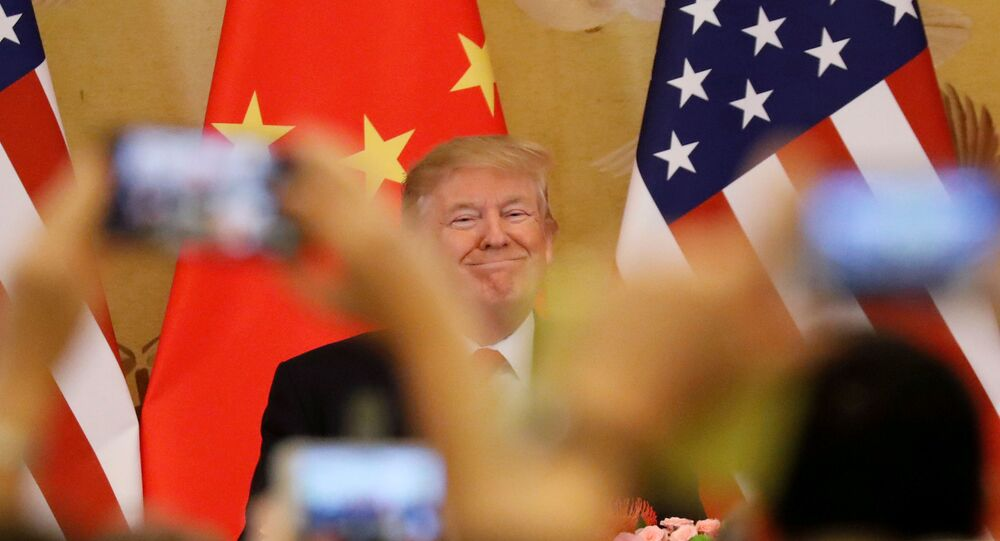 Donald Trump, presidente de EEUU, con unas banderas de China y EEUU en el fondo