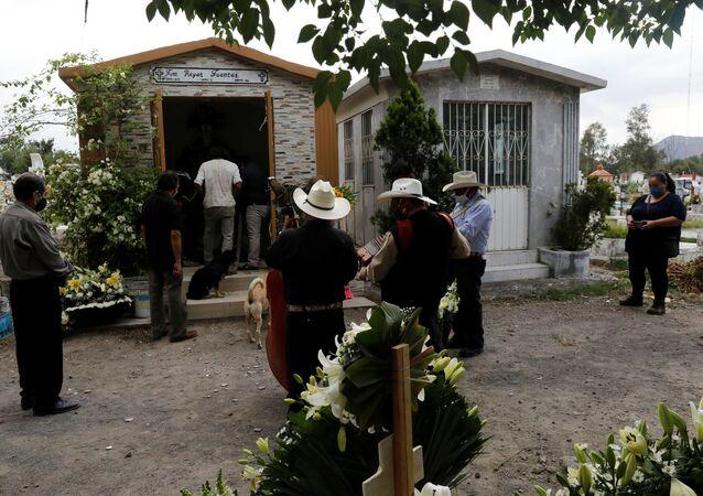 Funeral de un fallecido por COVID-19 en México