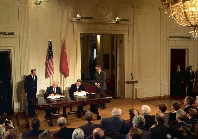 La firma del Tratado de Eliminación de Misiles de Corto y Medio Alcance entre Mijaíl Gorbachov y Ronald Reagan