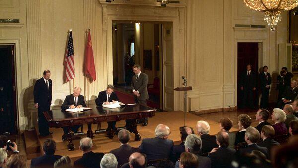 La firma del Tratado de Eliminación de Misiles de Corto y Medio Alcance entre Mijaíl Gorbachov y Ronald Reagan - Sputnik Mundo
