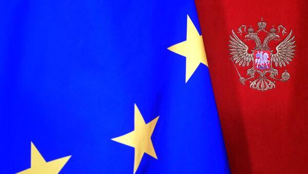 Una bandera de la UE con el escudo de Rusia - Sputnik Mundo