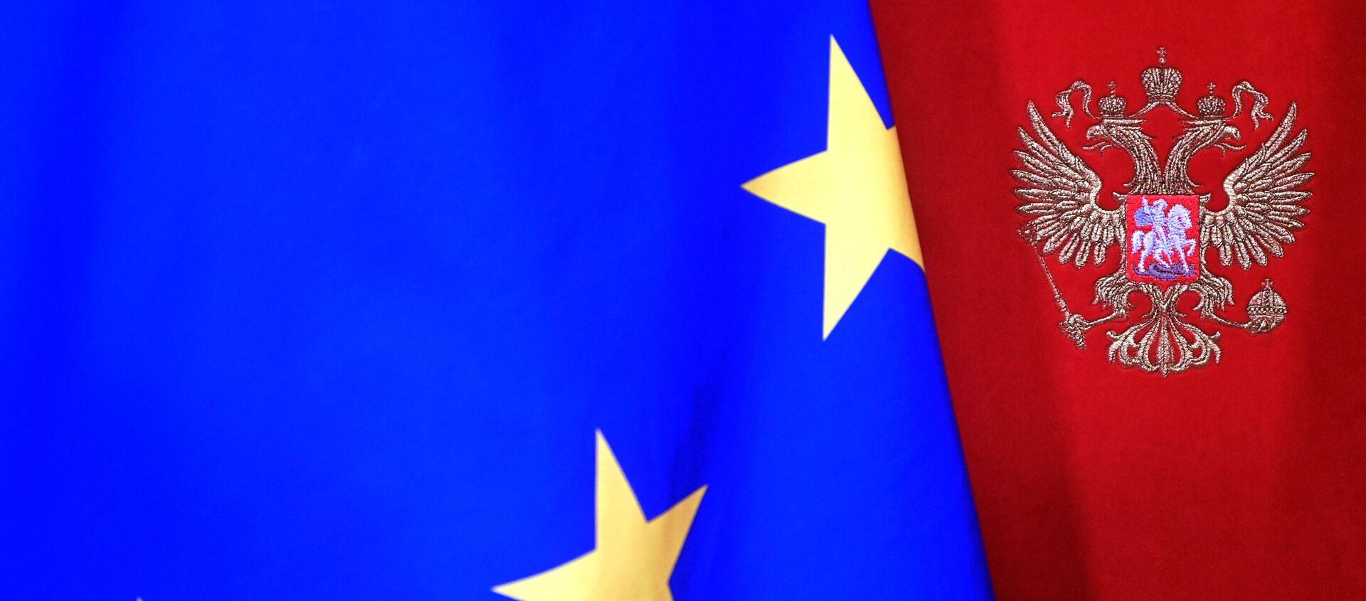 Una bandera de la UE con el escudo de Rusia - Sputnik Mundo, 1920, 10.02.2021