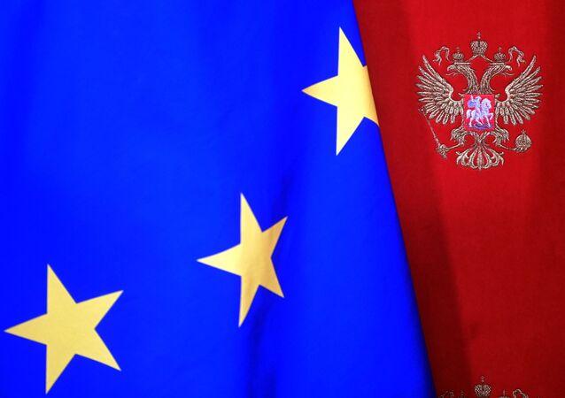 Una bandera de la UE con el escudo de Rusia