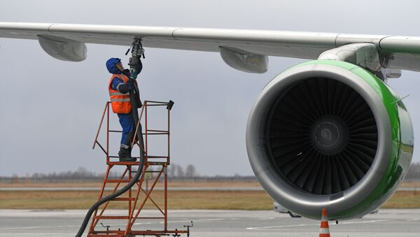 Suministro de combustible a un avión - Sputnik Mundo