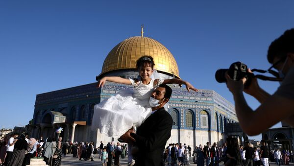 Musulmanes palestinos festejan la Celebración del Sacrificio en la explanada de las mezquitas - Sputnik Mundo