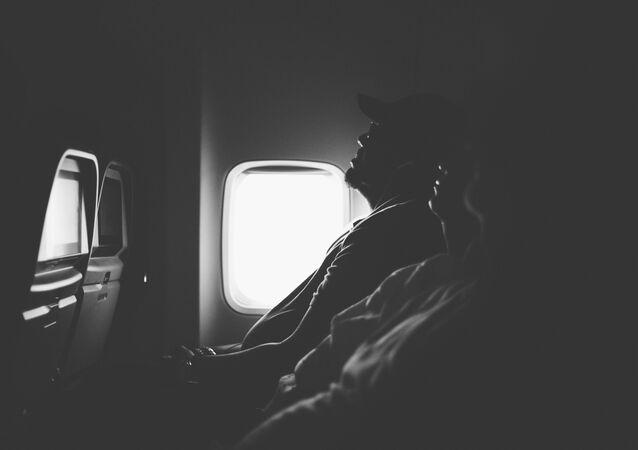 Pasajeros durmiendo en el avión