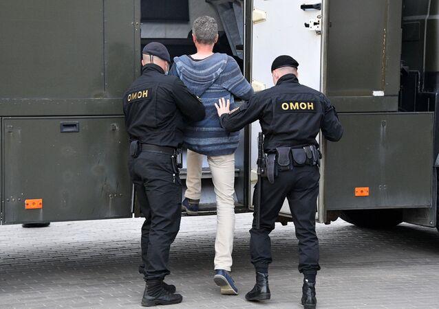 Detención de una persona por la Policía especial bielorrusa (archivo)