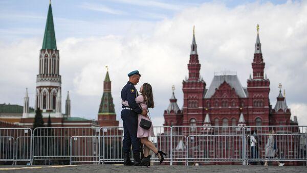 Un soldado de las Fuerzas Aerotransportadas de Rusia con su novia - Sputnik Mundo