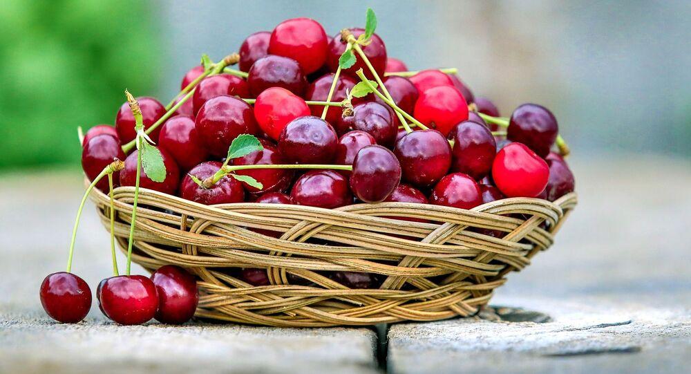 Una cesta con cerezas