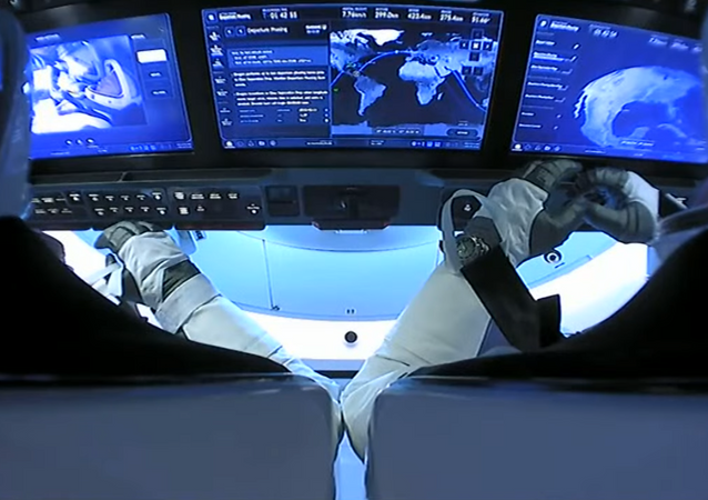 El interior de la nave tripulada Crew Dragon de SpaceX, durante su viaje de vuelta a la Tierra