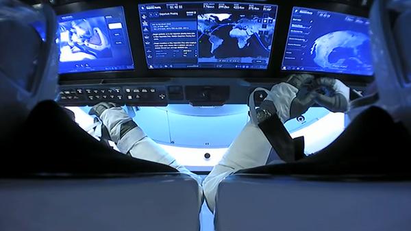 El interior de la nave tripulada Crew Dragon de SpaceX, durante su viaje de vuelta a la Tierra  - Sputnik Mundo