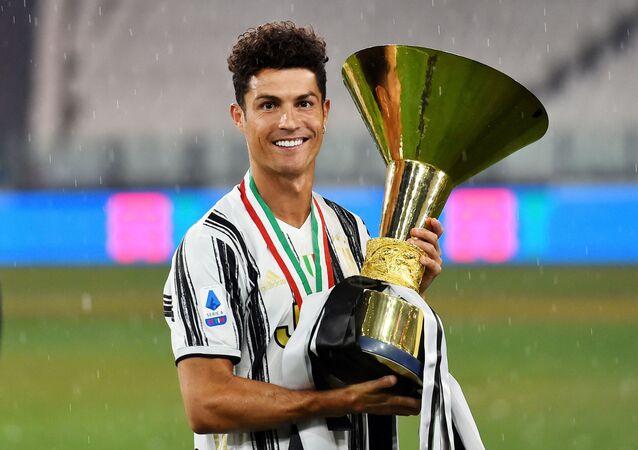 Cristiano Ronaldo sostiene el trofeo de campeón del campeonato italiano