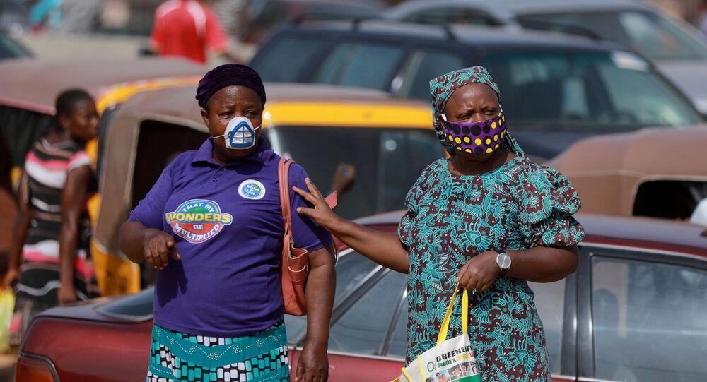 Dos mujeres con mascarilla en Abuya, Nigeria