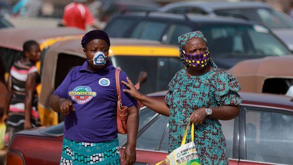 Dos mujeres con mascarilla en Abuya, Nigeria  - Sputnik Mundo