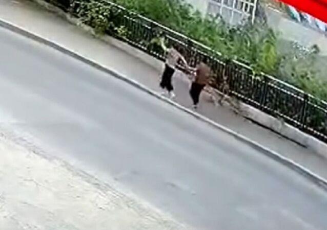 Literalmente tragados por la tierra: se derrumba el suelo bajo los pies de 2 peatones en China