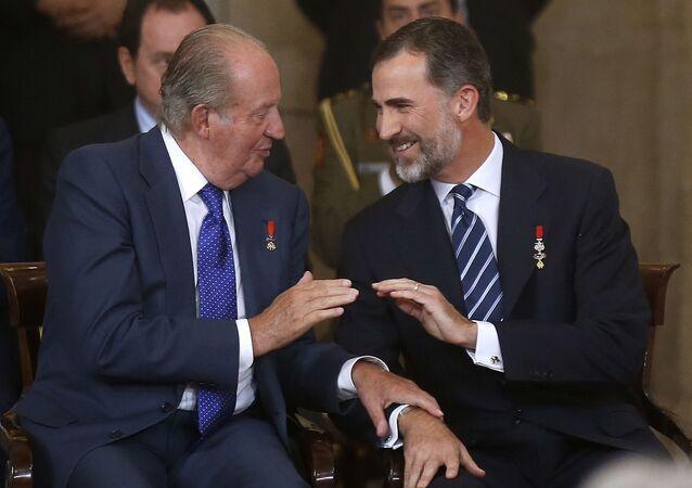 El rey Felipe VI hablando con su padre Juan Carlos I en el Palacio Real de Madrid