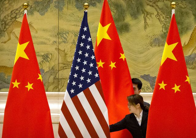 Banderas de Estados Unidos y China