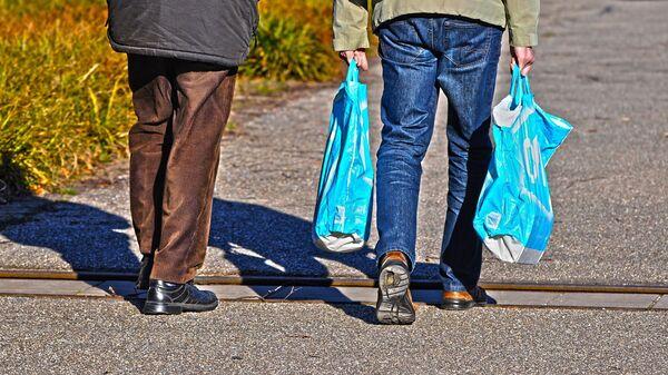Personas con bolsas plásticas - Sputnik Mundo