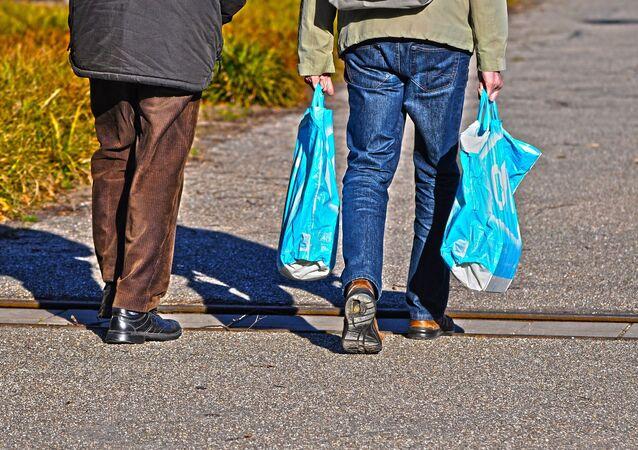 Personas con bolsas plásticas