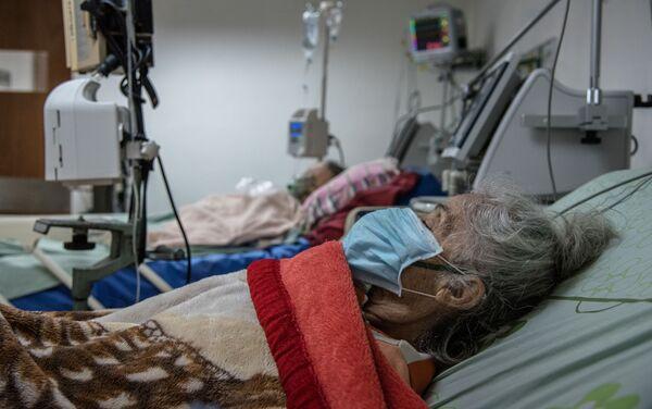 En el área de cuidados intensivos del Hospital Periférico de Coche se encuentran recluidos siete pacientes, la mayoría mujeres de la tercera edad, por presentar complicaciones con COVID-19 - Sputnik Mundo