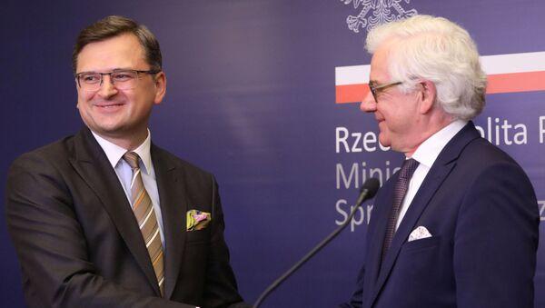 El ministro de Exteriores de Ucrania, Dmitri Kuleba y su homólogo polaco, Jacek Czaputowicz - Sputnik Mundo