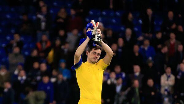 El portero Iker Casillas, aplaude al final del partido del grupo G de la Liga de Campeones entre el Chelsea y el FC Porto en el estadio Stamford Bridge de Londres - Sputnik Mundo