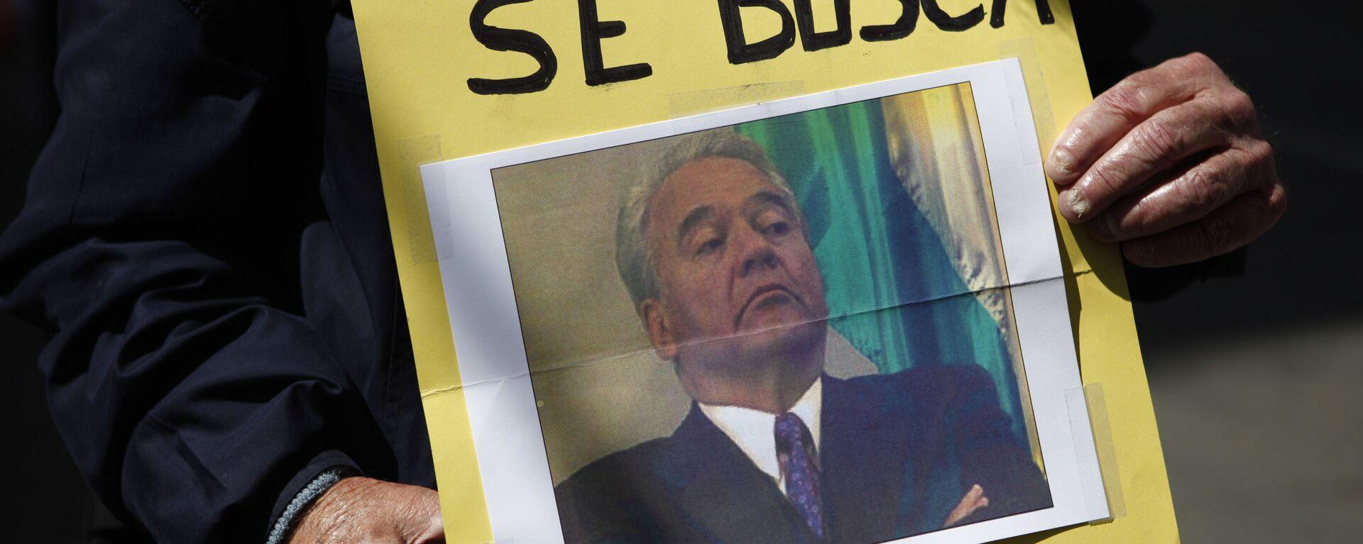Una persona con la foto de Gonzalo Sánchez de Lozada, el expresidente boliviano (2002-2003)  - Sputnik Mundo, 1920, 06.04.2021