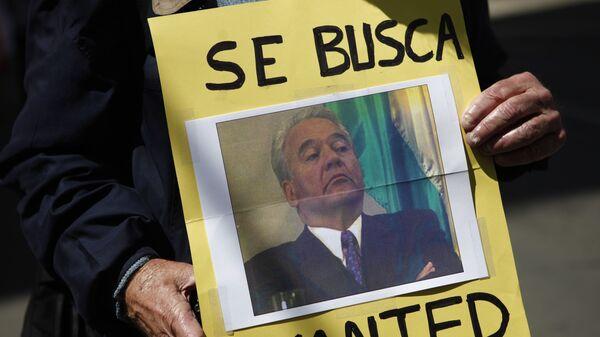 Una persona con la foto de Gonzalo Sánchez de Lozada, el expresidente boliviano (2002-2003)  - Sputnik Mundo