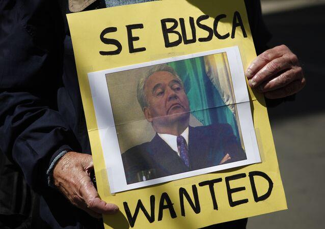 Una persona con la foto de Gonzalo Sánchez de Lozada, el expresidente boliviano (2002-2003)