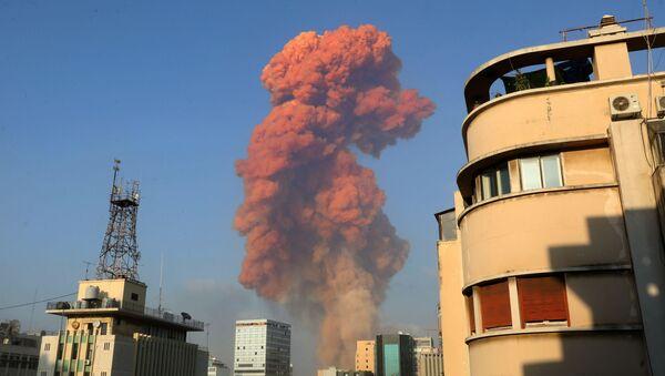 Una explosión en el área del puerto de la capital libanesa de Beirut - Sputnik Mundo