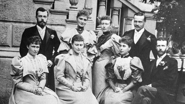 Serguéi Alexandrovich Románov junto a su esposa Elizaveta Fedorovna Románova, el zar Nicolás II y otros miembros de la familia real rusa - Sputnik Mundo