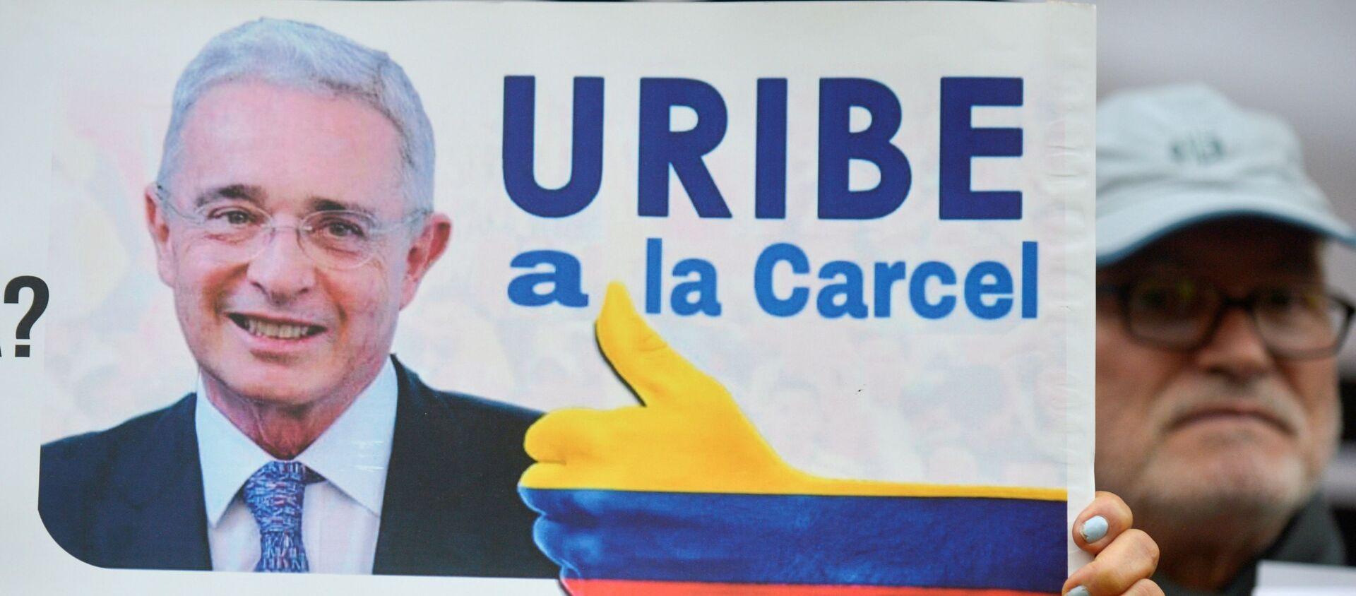 Una pancarta contra Álvaro Uribe, senador y expresidente colombiano  - Sputnik Mundo, 1920, 25.08.2020