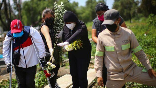 Un funeral de una mujer fallecida por coronavirus en Ciudad de México - Sputnik Mundo