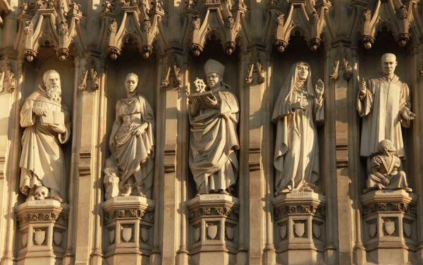 La estatua de Elizaveta Románova (la segunda a la derecha, junto a la de Martin Luther King) en el muro de Westminster - Sputnik Mundo