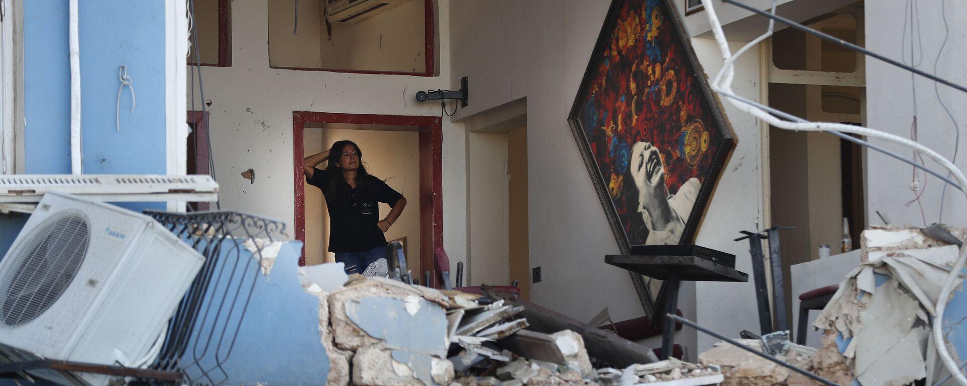 Una mujer se encuentra dentro de un restaurante dañado por la explosión en el puerto de Beirut, Líbano. 5 de agosto de 2020 - Sputnik Mundo, 1920, 03.08.2021