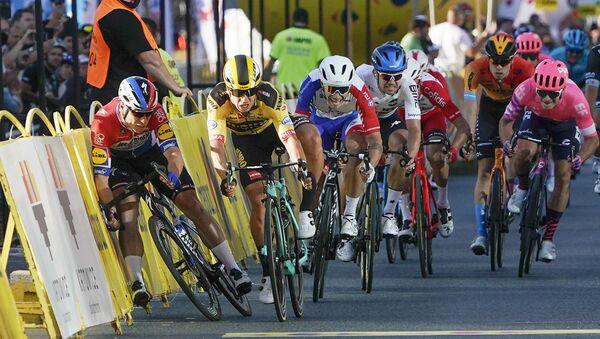 Momentos antes del accidente durante la primera etapa del Tour de Polonia - Sputnik Mundo