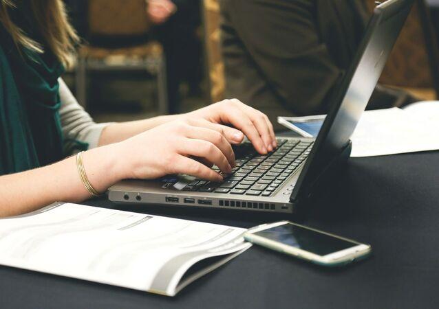 Una joven y un ordenador