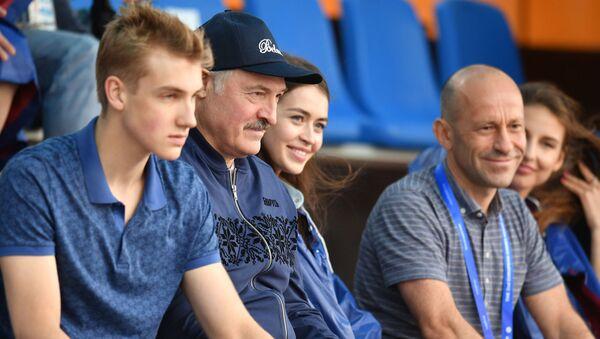El presidente Lukashenko con su hijo Nikolái - Sputnik Mundo