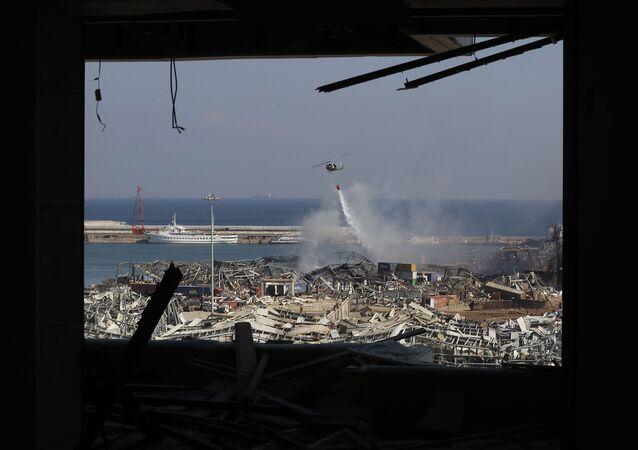 Un helicóptero del ejército libanés visto a través de un apartamento dañado tras la explosión en el puerto de Beirut