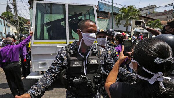Un agente de la Policía Nacional Bolivariana en Caracas, Venezuela - Sputnik Mundo