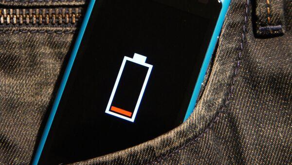 Batería baja en un smartphone - Sputnik Mundo