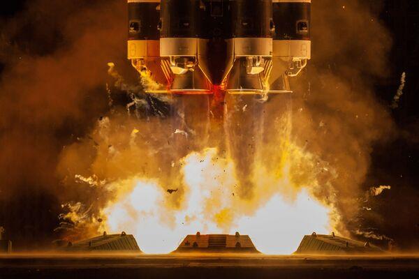 Запуск ракеты-носителя Протон-М с разгонным блоком Бриз-М с телекоммуникационными спутниками Экспресс-80 и Экспресс-103 с космодрома Байконур - Sputnik Mundo